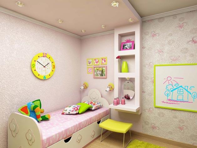 Выделение спальной зоны с плавным переходом конструкции в небольшие полки