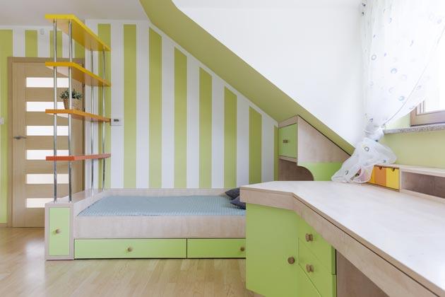 Бело-зеленые полосы на стене в сочетании с мебелью в тон