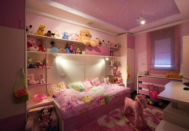 Натяжной потолок в розовом цвете с эффектом звездного неба