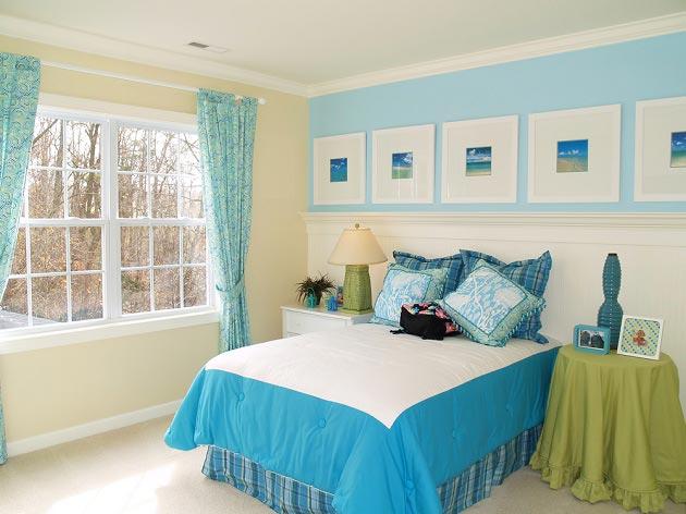 Оформлением стен и текстиля в голубых тонах