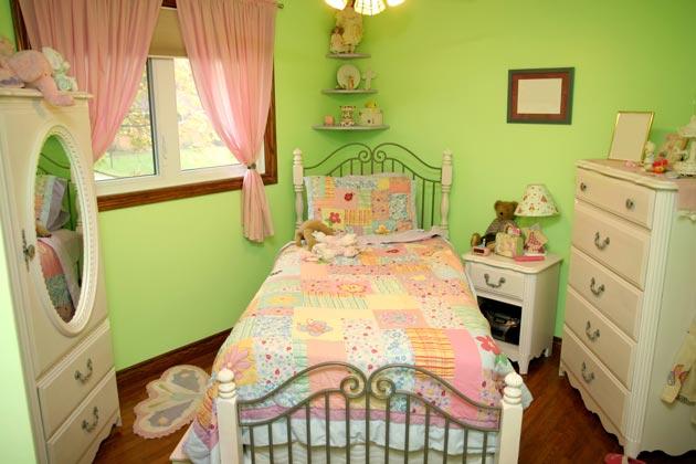 Оливковый цвет в интерьере, разбавленный белой мебелью и розовым текстилем
