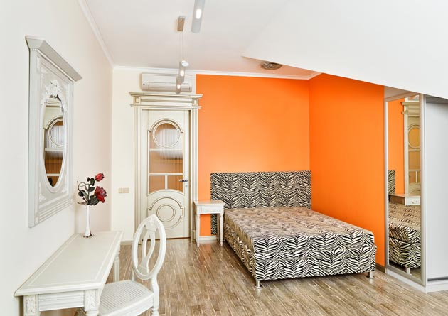 Бело-оранжевая спальня для девушки
