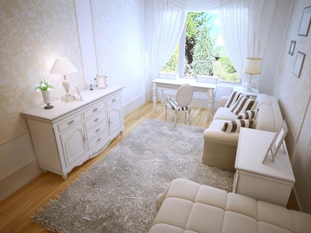 Мебель и стены в светлых оттенках с ярким акцентом на ковре и подушках