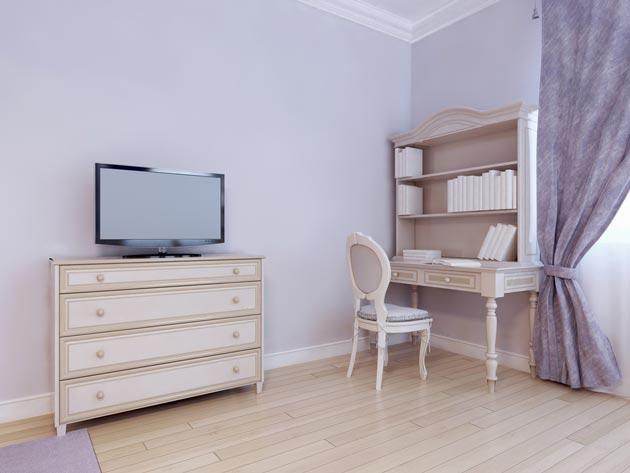 Со светлым полом и кремовой мебелью