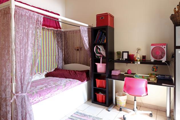 Кровать с балдахином и рабочее место со стулом на колесиках