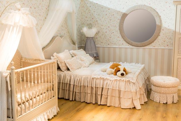 В спальне родителей с детской кроваткой