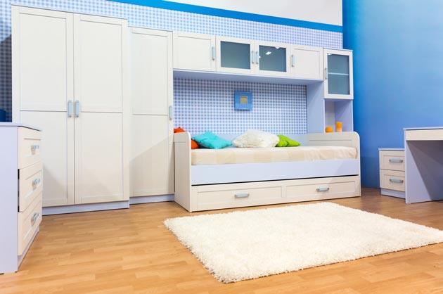Светлый пол, белая мебель на фоне различных оттенков голубого