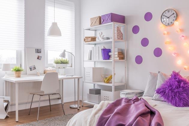 С белой мебелью и украшением в сиреневых оттенках