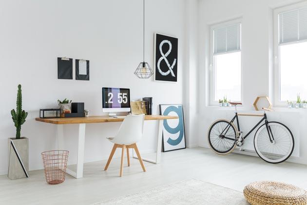 Светлые стены вкупе с деревянной мебелью создают скандинавский стиль