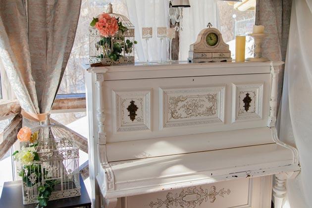 Искусственно состаренная мебель в комнате шебби шик