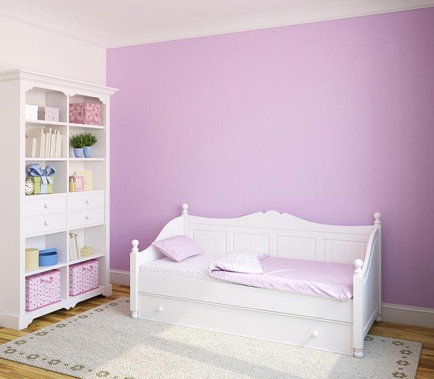 Сиреневые стены и белая мебель