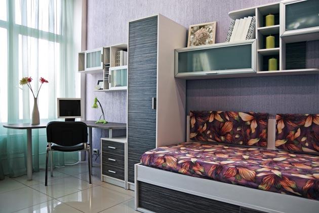 Комната с узким шкафом и угловым столом для девочки подростка