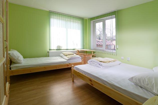 Однотонные стены в светло зеленом