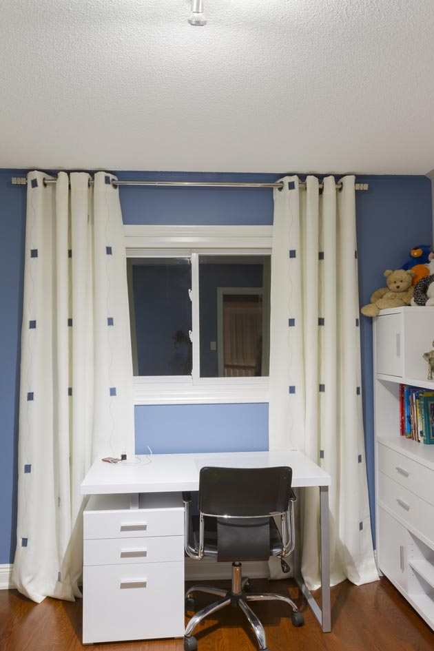 Классический дизайн штор в комнате школьника