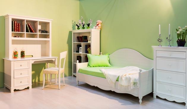 Зеленые стены в сочетании с белой мебелью