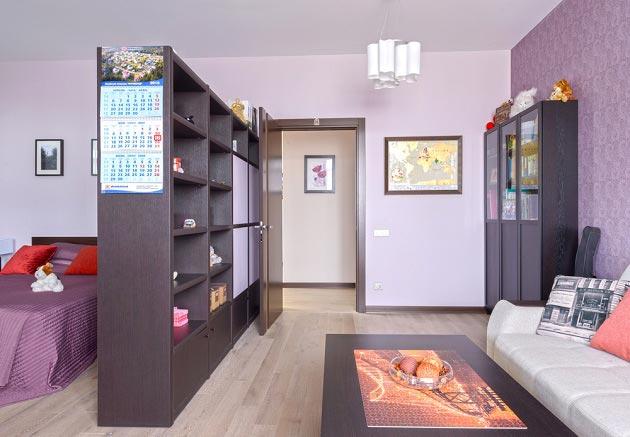 Стеллаж отделяет в общей комнате детскую от пространства для родителей