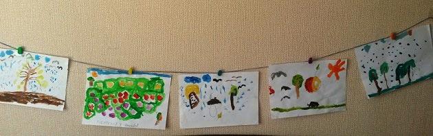 Украшение в виде гирлянды на стене из детских рисунков