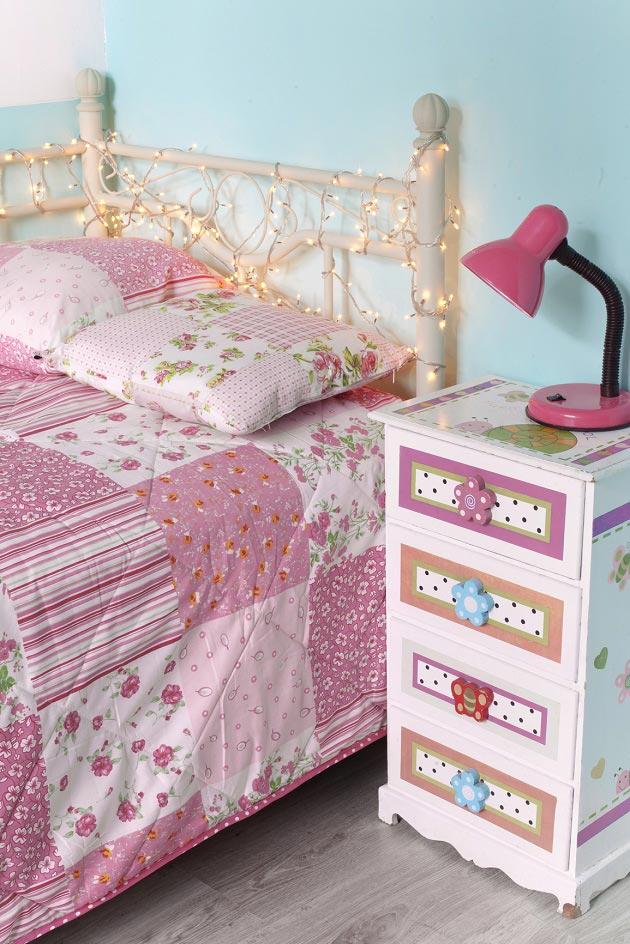 гирлянда как украшение кровати и оригинальная фурнитура на тумбочке