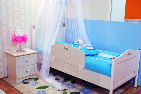 Воздушная органза на кровати для маленькой девочки