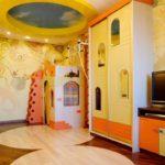 Необычная детская мебель в комнате с натяжным потолком