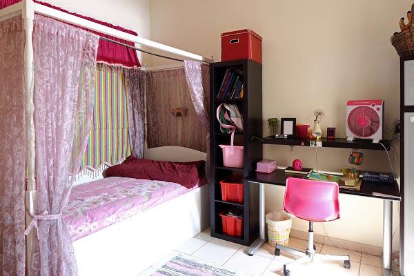 С высоким стеллажом и кроватью с балдахином