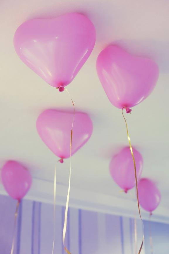 Украшение детской - красивые воздушные шарики под потолком