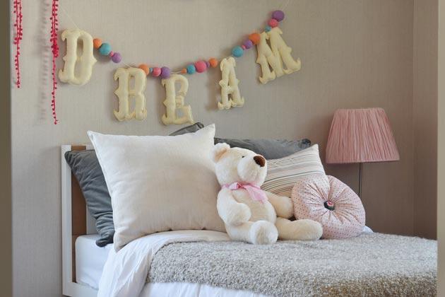 Буквы из текстиля над детской кроватью