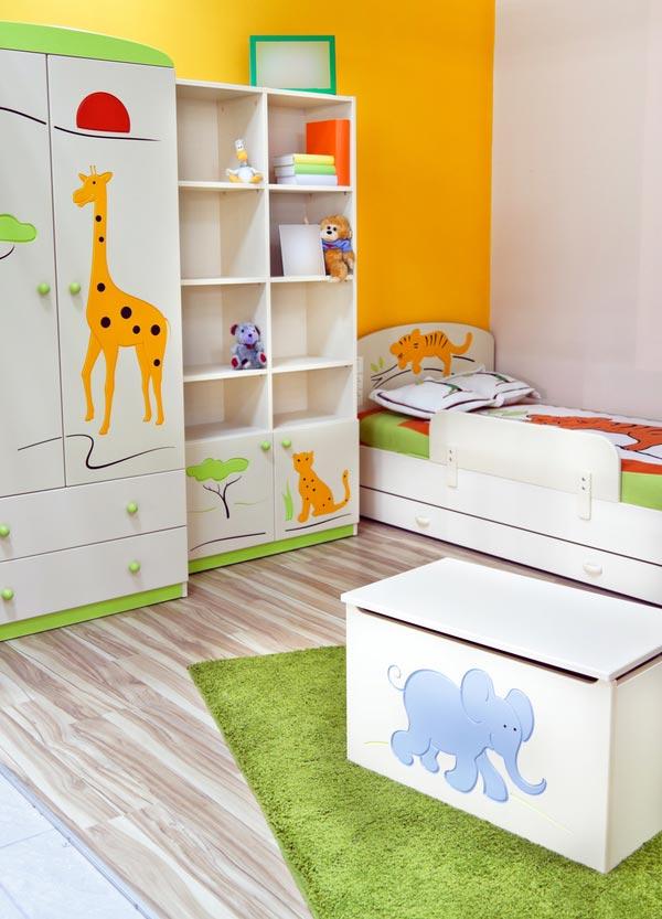 Стеллаж для игрушек в комплекте детской мебели для маленькой комнаты