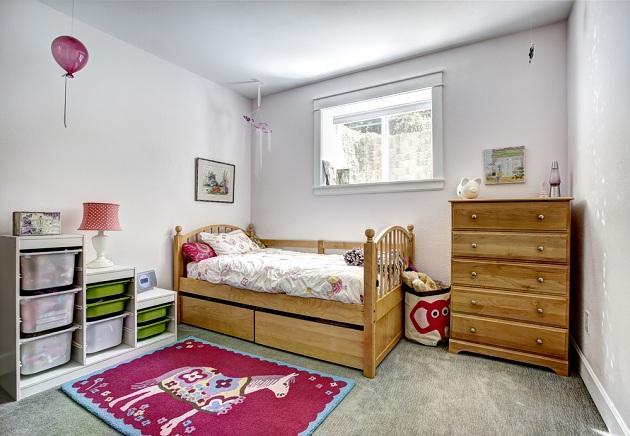 Деревянная стилизованная мебель в комнате девочки