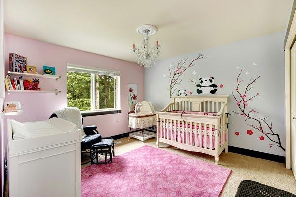С пеленальным комодом, кроваткой у стены, с нарисованной веткой сакуры и пандой