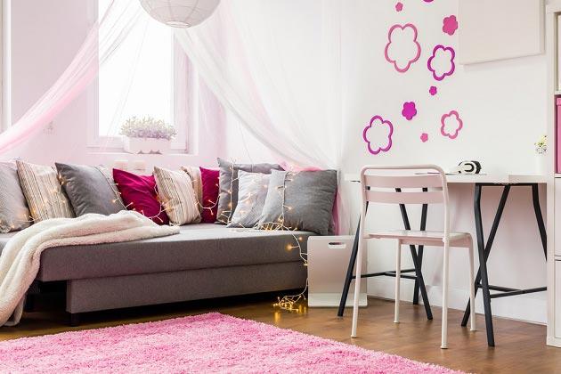 Яркости светлому интерьеру добавляют подушки и декор на стене