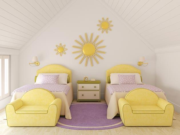 Сочетание сиреневого коврика с желтой обивкой мебели и украшением на стене