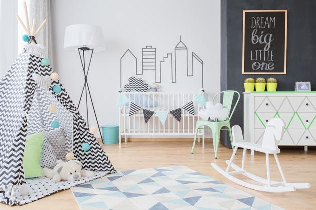 Создание стиля в комнате новорожденного за счет тематического коврика и шалаша