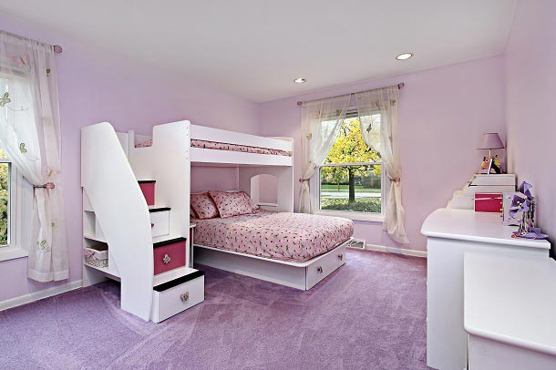 Современная детская комната для двоих девочек с двухъярусной кроватью