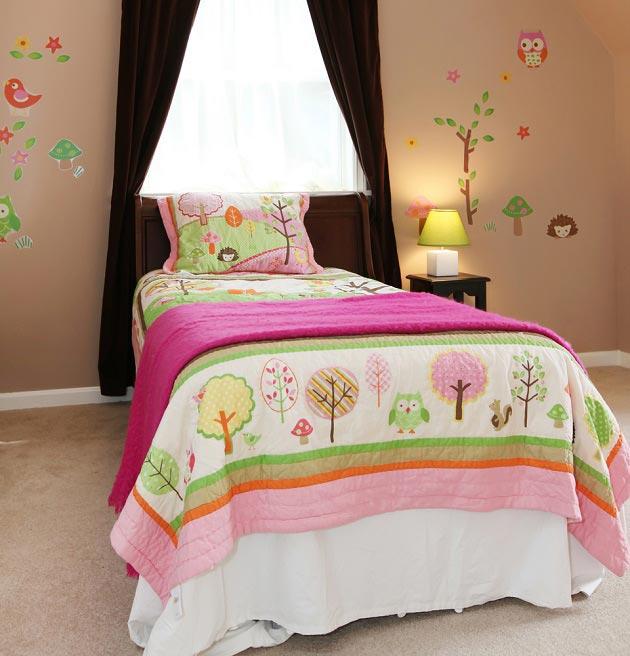 Украшение стены и кровати в одном стиле