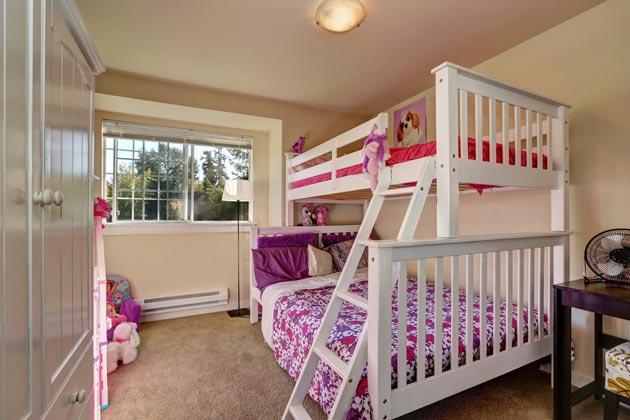 Белая двухэтажная кровать для девочек и шкаф