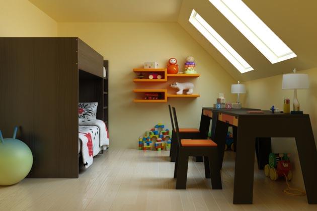 На мансардном этаже двухъярусная кровать и стол для двоих детей
