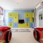 Шкафы в детской с кроватями машинками для мальчиков