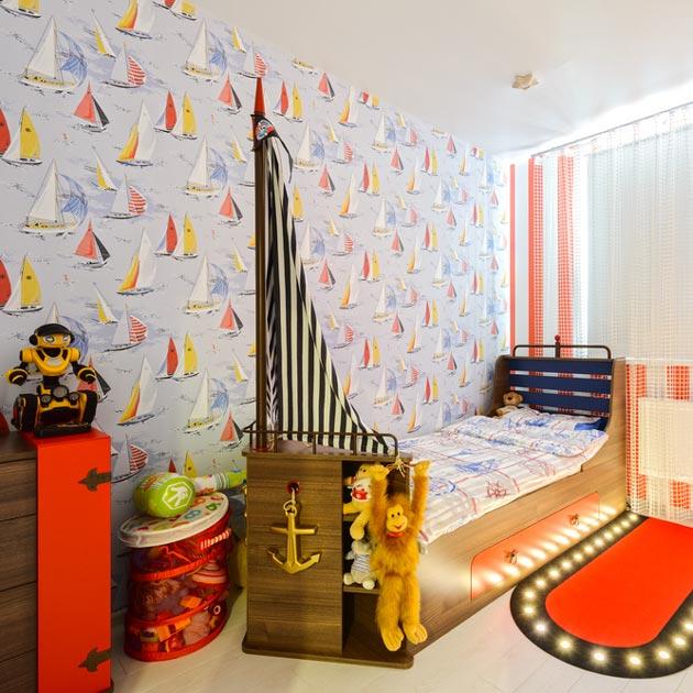 Кровать в виде паруса и обои с корабликами