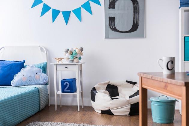 Украшения в виде подушек, мягкого кресла, флажков на стене