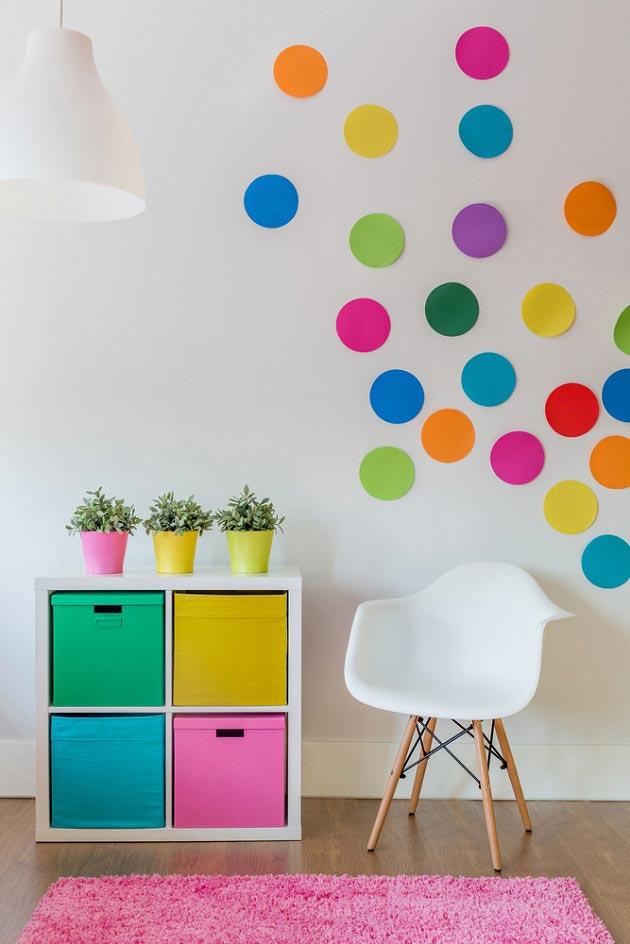 С кругами из бумаги на стене