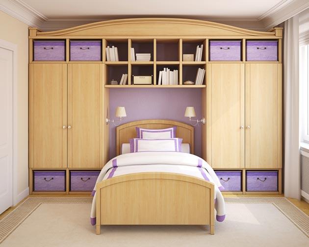 Вместительные шкафы и кровать в комнате для девочки