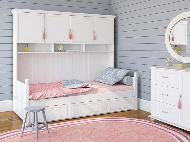Цельная кровать с верхними полками для хранения вещей