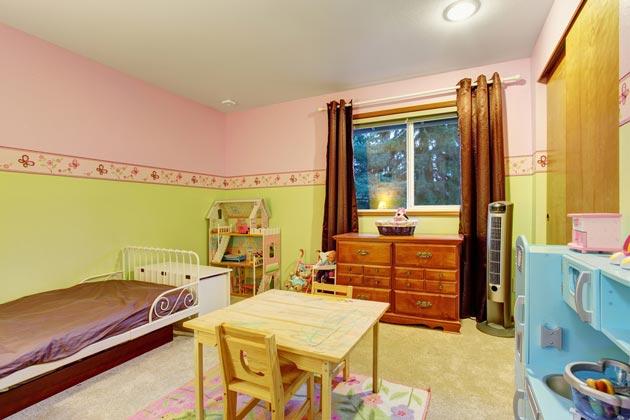 Стены в розовом и зеленом цвете, меблировка
