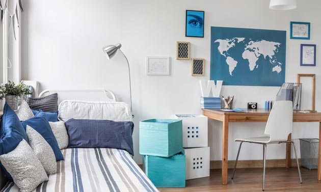Подростковая комната с картой на стене
