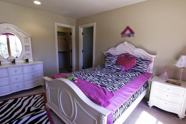 Спальное место для девочки с комодом, зеркалом, торшером