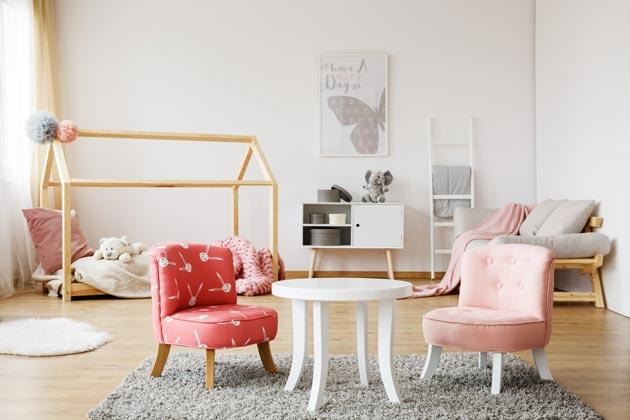 Деревянные жерди над кроватью и светлая мебель