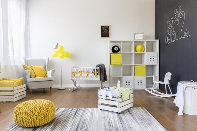 Светлая мебель и стены с ярким акцентами на игрушках и декоре