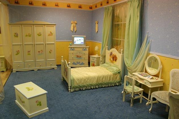 Дизайн детской с балдахином и резной мебелью