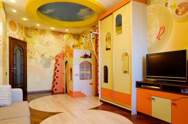 Необычная детская мебель в комнате с многоуровневым потолком